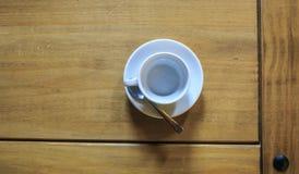 Copo branco de Cofee em uma tabela de madeira Imagem de Stock Royalty Free