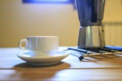Copo branco de Cofee em uma tabela de madeira Fotos de Stock