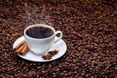 Copo branco do café quente em feijões de café Imagens de Stock