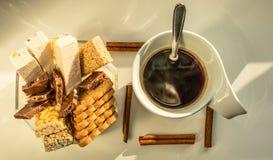 Copo branco do café quente em uma soleira Foto de Stock Royalty Free