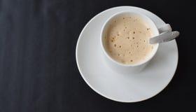 Copo branco do cappuccino em um fundo preto fotos de stock royalty free