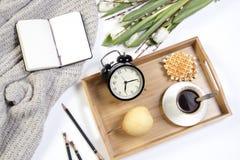 Copo branco do ramo do salgueiro do coffeea em uma tabela de madeira branca Copie o espaço Imagens de Stock Royalty Free