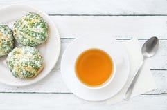 Copo branco do shu do chá verde e do bolo na placa imagens de stock