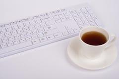 Copo branco do teclado e de café Fotos de Stock