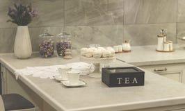 Copo branco na mesa de cozinha Imagem de Stock