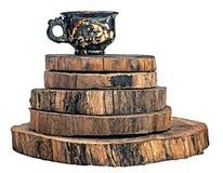 Copo cerâmico feito à mão em anéis do tronco de árvore imagem de stock