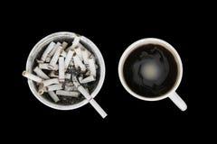 Copo cheio do cinzeiro e de café Fotografia de Stock