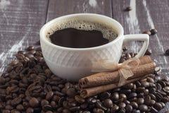 Copo com as varas do café e de canela da grão fotos de stock royalty free