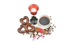 Copo com café, biscoitos do café dos feijões sob a forma dos corações e Imagem de Stock