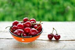 Copo com cerejas maduras Fotos de Stock
