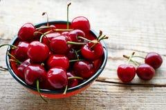Copo com cerejas maduras Foto de Stock