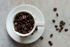 Copo com feijões de café Fotografia de Stock Royalty Free