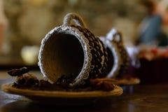 Copo com sementes do café Fotografia de Stock Royalty Free