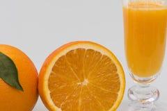 Copo com suco de laranja natural imagem de stock
