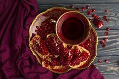 Copo com suco vermelho na tabela Fotografia de Stock Royalty Free