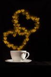 Copo com vapor dobro dourado da forma do coração da fantasia Foto de Stock Royalty Free