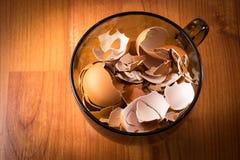 Copo completamente de shell de ovo quebrados imagem de stock royalty free
