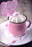 Copo cor-de-rosa com os cubos do açúcar na forma do coração de Fotos de Stock Royalty Free