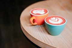 Copo coral do cappuccino fotografia de stock royalty free