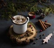 Copo da árvore de Natal escura do cappuchino do latte do inverno do cacau fotografia de stock royalty free