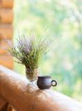 Copo da argila com café e ramalhete Imagens de Stock