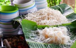 Copo da bacia e macarronete de arroz branco Foto de Stock
