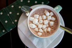 Copo da bebida do cacau do chocolate quente com marshmallows Foto de Stock