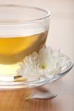 Copo da flor verde de chá e branca fotografia de stock royalty free