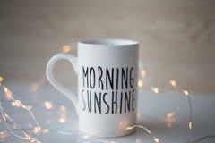 Copo da luz do sol da manhã com café Imagens de Stock Royalty Free