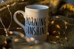 Copo da luz do sol da manhã com café Foto de Stock Royalty Free