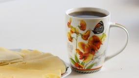 Copo da manhã do café quente na tabela vídeos de arquivo