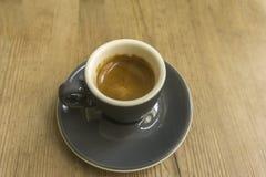 Copo da porcelana com café na parte inferior de madeira imagens de stock royalty free