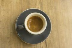 Copo da porcelana com café na parte inferior de madeira fotografia de stock royalty free