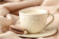 Copo da porcelana do chá com leite no fundo branco de lãs foto de stock royalty free