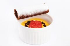Copo da sobremesa inglese de Zuppa com biscoito do cacau imagens de stock royalty free