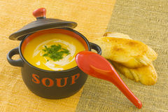 Copo da sopa, com pão brindado Fotos de Stock Royalty Free
