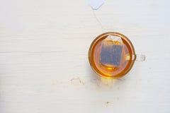 Copo da vista superior do chá em um fundo branco Imagem de Stock
