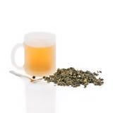 Copo das folhas de chá do chá verde e do verde Fotografia de Stock Royalty Free