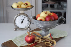 Copo das maçãs e da escala da cozinha Fotografia de Stock Royalty Free