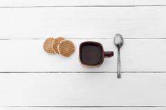 Copo de água, de colher e da cookie deliciosa do waffle Imagens de Stock Royalty Free