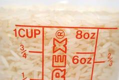 Copo de arroz uncooked foto de stock