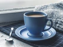 Copo de café azul na soleira Imagem de Stock
