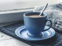 Copo de café azul na soleira Fotos de Stock