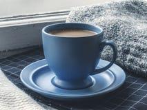 Copo de café azul na soleira Fotos de Stock Royalty Free