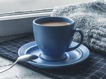Copo de café azul na soleira Foto de Stock