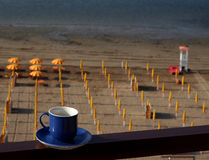 Copo de café azul sobre uma praia italiana Foto de Stock Royalty Free