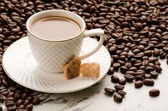 Copo de café branco e feijões de café na tabela Imagem de Stock Royalty Free