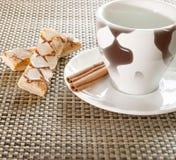Copo de café, canela, doces no fundo Fotografia de Stock