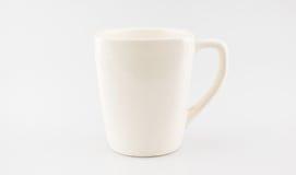 Copo de café cerâmico no fundo cinzento, trajeto de grampeamento no copo imagens de stock royalty free