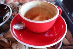 Copo de café cerâmico vermelho fotos de stock royalty free